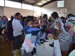 Além de alimentos, roupas e calçados foram arrecadados por meio de gincana (Foto: Rogério Aderbal/G1 )