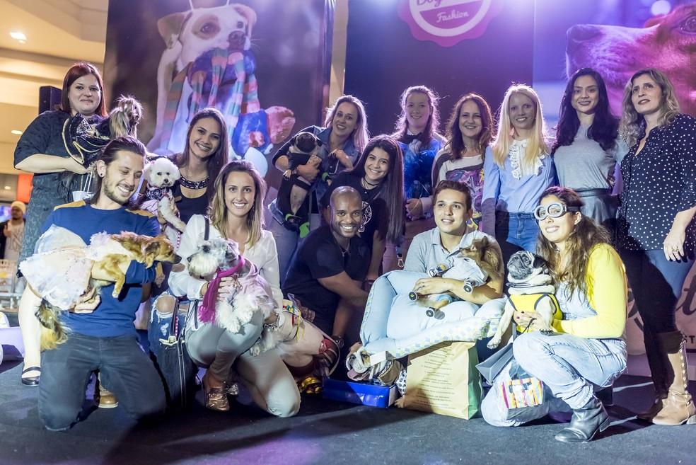 Donos, cães vencedores e integrantes do júri (Foto: Bruno Gonzales/Divulgação)