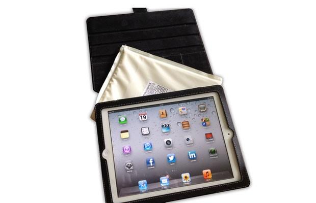 """A empresa britânica VestGuard criou uma capa para iPad à prova de balas, segundo o site """"Engadget"""". A capa é feita de fibras de aramida processadas para serem altamente resistentes para poder resistir a balas de uma pistola de 9 mm. Conforme a empresa, a capa pesa apenas 170 g. O site """"Gizmodo"""" avisa que a capa não protege o iPad dos riscos do dia a dia, como uma bebida derramada ou as impressões digitais dos dedos. A capa à prova de balas é vendida na loja on-line da VestGuard por 50 libras, cerca de R$ 159. (Foto: Divulgação)"""