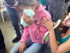 Maysa Rosa chora no velório do namorado em Borborema (Foto: Ana Carolina Levorato/G1)