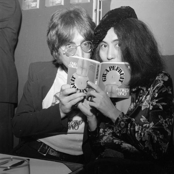 Yoko Ono e John Lennon posando com o livro Grapefruit (Foto: Getty Images)