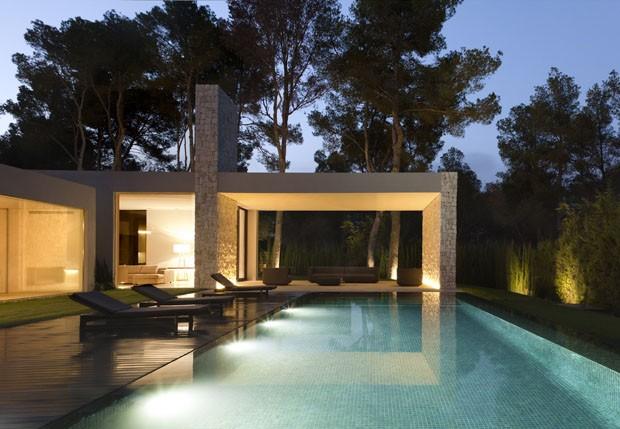 Uma casa minimalista e transparente na floresta casa for Casa minimalista living