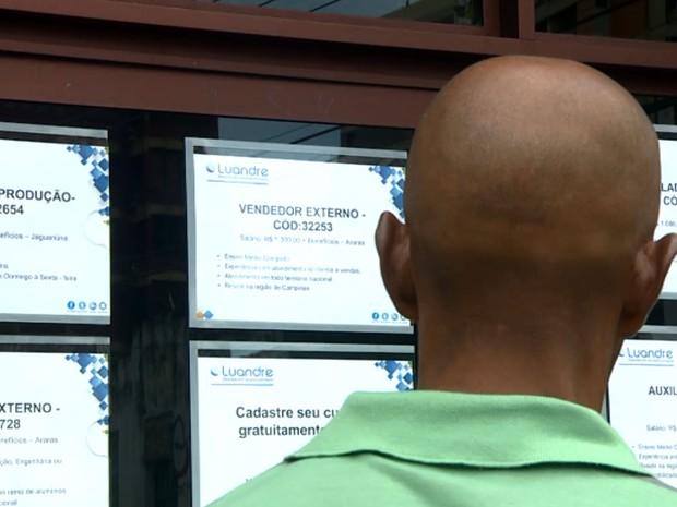 Rapaz observa vagas de emprego em agência especializada em Campinas (Foto: Reprodução EPTV)