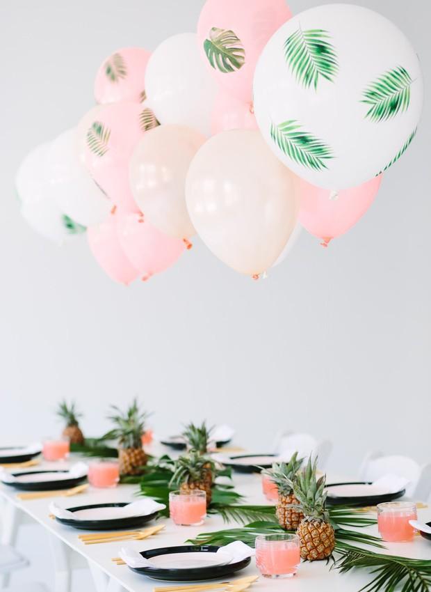 Mesa tropical para quem gosta de uma decoração diferentona. As plantas e os abacaxis formam um centro de mesa divertido.  (Foto: Reprodução/Pinterest)