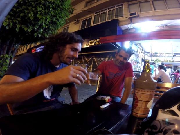 Arthur Zanella e Thiago Negão comemorar a aventura em um bar de São Paulo (Foto: Arquivo Pessoal/Arthur Zanella)