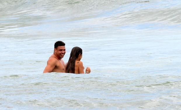 Ronaldo e namorada na praia (Foto: Wallace Barbosa/ Ag. News)