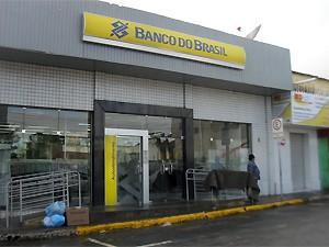 Agência do Banco do Brasil de Queimadas por invadida por assaltantes (Foto: Plínio Almeida/TV Paraíba)