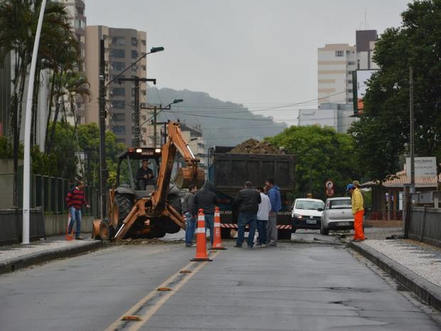 Obras podem ser novamente adiadas em caso de chuva, diz prefeitura. (Foto: Secretaria de Comunicação de Blumenau/Divulgação)