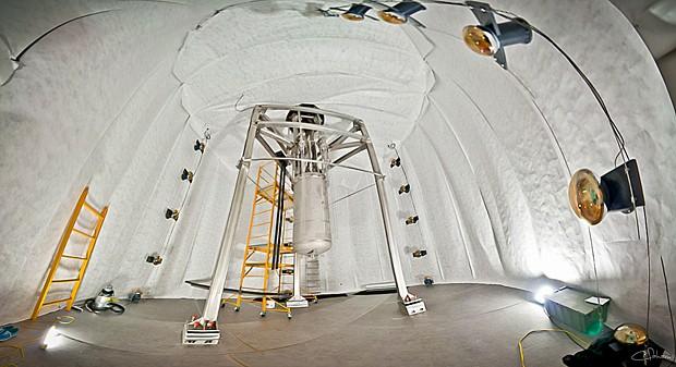 Detector no subsolo e já dentro de um tanque, que será preenchido com água para nêutrons e radioatividade externa (Foto: Reprodução/Flickr/luxdarkmatter/C.H. Faham)