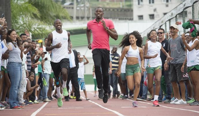 Usain Bolt visita Vila Olímpica Mangueira (Foto: Thiago Diz )