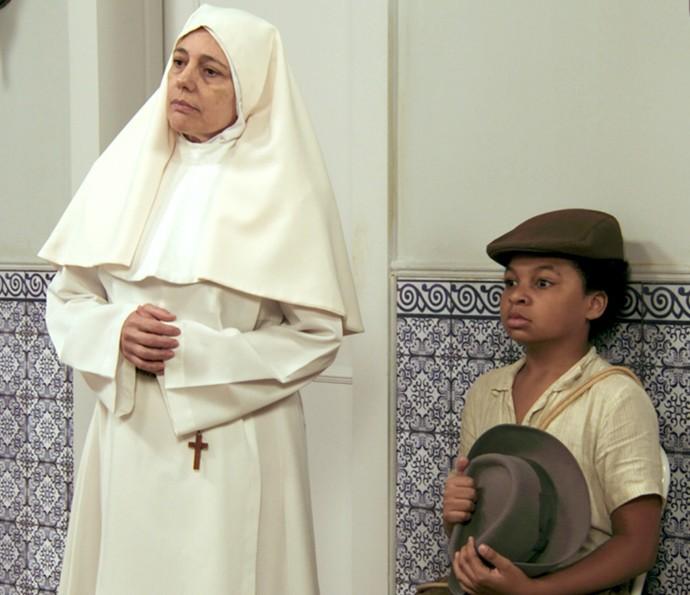 Freira e Pirulito esperam o padre dizer o novo sobrenome da mãe de Candinho (Foto: TV Globo)
