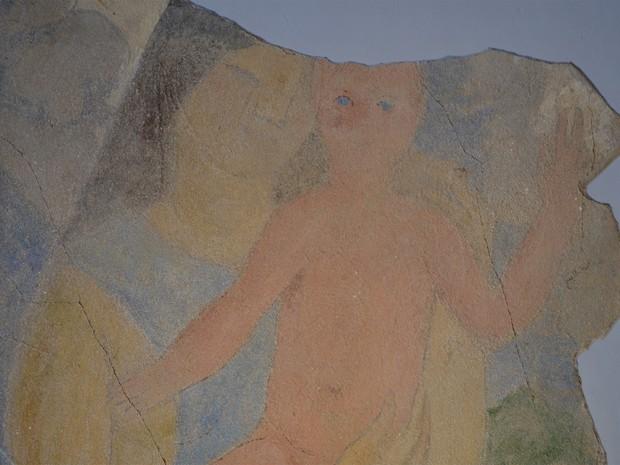 Possível obra de Cândido Portinari foi descoberta durante restauração: afresco de uma mulher com uma criança no colo foi encontrado embaixo de 15 camadas de tinta em uma parede onde ficava a varanda da casa (Foto: Igor Savenhago/G1)