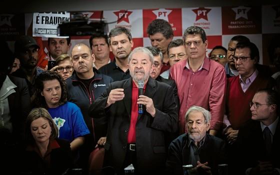 Lula discursa na sede do PT (Foto:  Diego Padgurschi /Folhapress)