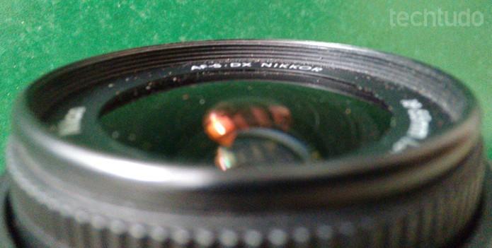 Grãos de poeira se acumulam sobre as lentes, frestas e também no interior da câmera (Foto: Adriano Hamaguchi/TechTudo)