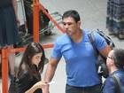 Lutador Minotauro embarca em aeroporto carioca com a namorada
