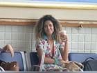 Sem dieta! Erika Moura, a Globeleza, toma milk shake em aeroporto