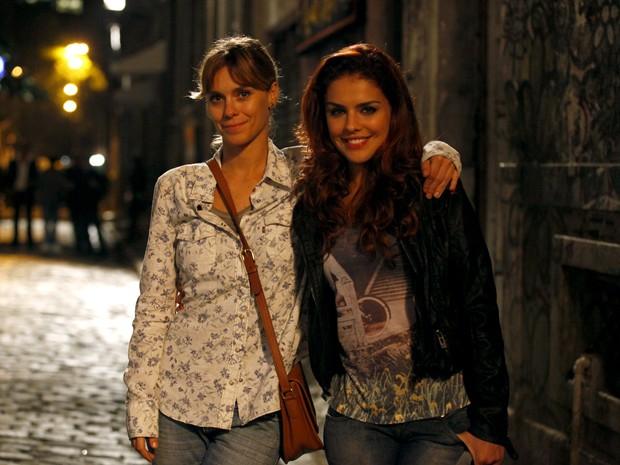 Carolina Dieckmann e Paloma Bernardi gravam cena na Lapa, bairro boêmio do Rio (Foto: Salve Jorge/TV Globo)