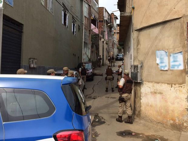Três mortes no Vale das Pedrinhas, em Salvador. Bahia (Foto: Giana Mattiazzi / TV Bahia)