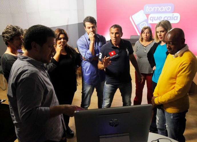 Diretores Carlo Milani e Daniel Herz com elenco do Tomara que Caia (Foto: Artur Meninea/Gshow)