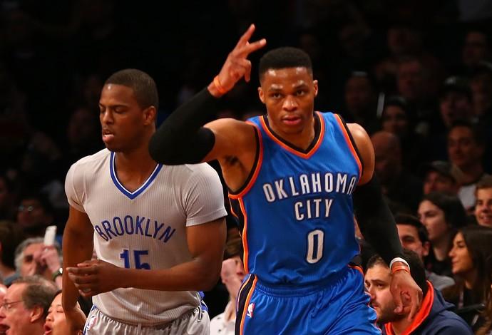 Westbrook comemora mais uma cesta contra os Nets (Foto: Getty Images)