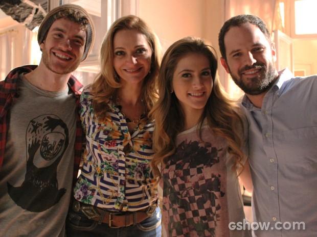 Vitor, Alexandra, Hanna e Pedro Brenelli, assistente de direção da novela (Foto: Malhação / TV Globo)
