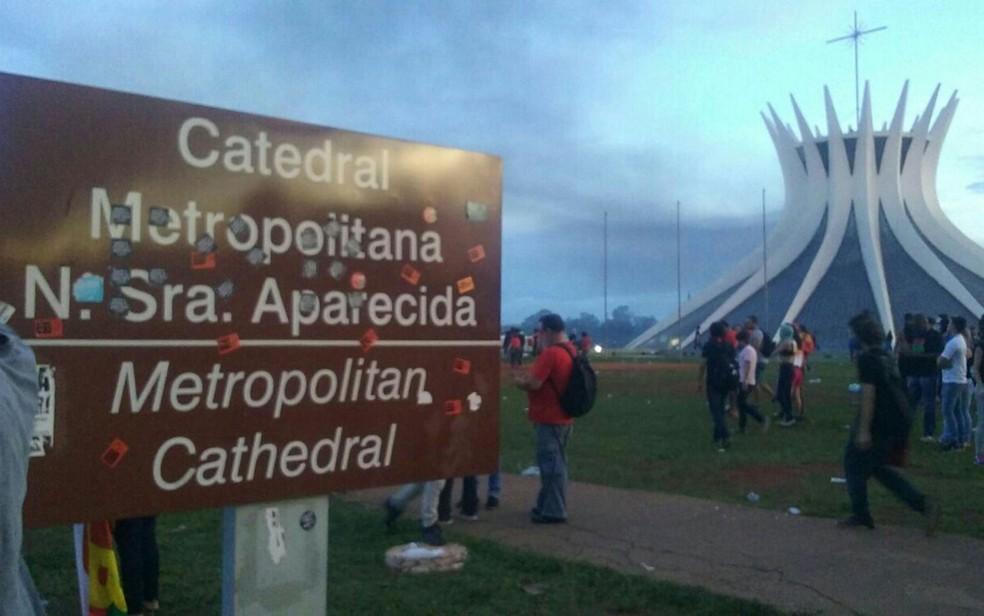 Danos na placa de identificação da Catedral Metropolitana de Brasília feitos durante protesto contra a PEC 55 (Foto: Luiza Garonce/G1)