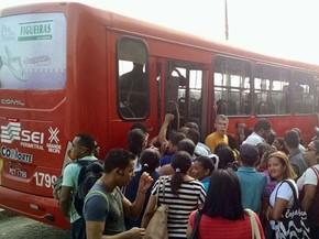 Usuários se apertam para entrar nos ônibus quando coletivos chegam ao Terminal Integrado de Joana Bezerra, na Zona Sul do Recife (Foto: Bruno Grubbert / TV Globo)