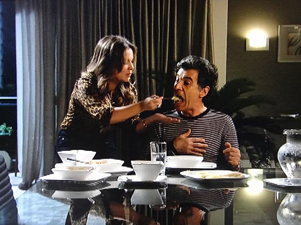 Detinha faz várias receitas de angu para Caetano provar (Foto: Malhação / TV Globo)