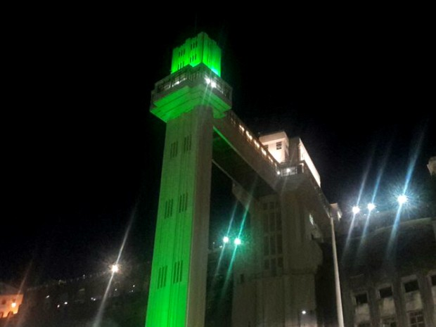 Elevador Lacerda foi iluminado de verda, em homenagem à Chapecoense (Foto: Alan Oliveira/G1 Bahia)