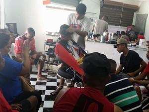 Aula ministrada na República de Barbeiros, escola profissionalizante montada dentro da casa de Erica Nunes (Foto: Batalha de Barbeiros/ Divulgação)