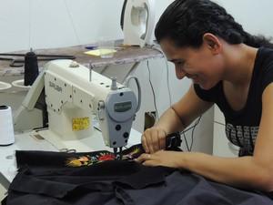 Costureira faz trajes típicos em Blumenau (Foto: Fernanda Burigo/G1)