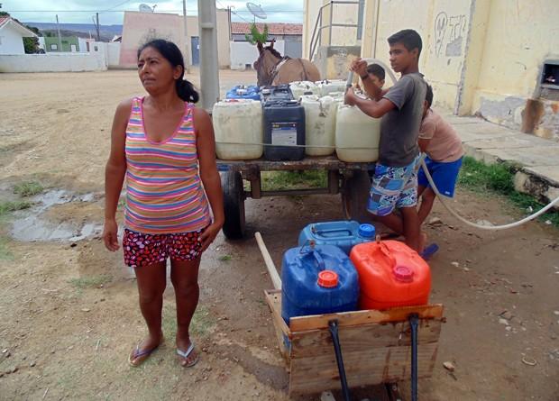 Maria das Graças busca água todos os dias no chafariz improvisado pela prefeitura (Foto: Anderson Barbosa/G1)