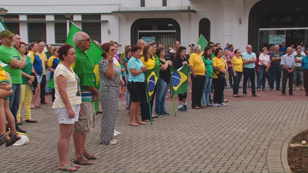 Segundo organização da manifestação, cerca de 250 pessoas participaram do protesto em União da Vitória e em Porto União (SC) neste domingo (26)  (Foto: Reprodução/RPC)
