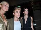 Decotada, modelo deixa 'pinta íntima' à mostra ao posar com Justin Bieber