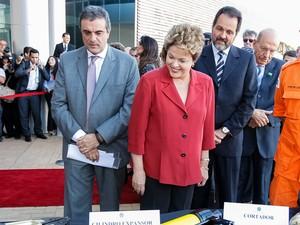 O ministro José Eduardo Cardozo (esq.) com a presidente Dilma Rousseff durante cerimônia de entrega do Sistema Integrado de Comando e Controle para Segurança de Grandes Eventos (Foto: Roberto Stuckert / PR)