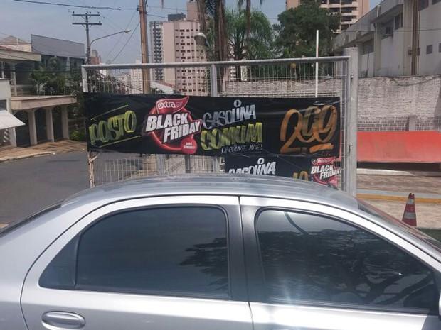 Faixa com promoção de combustível no 'Black Friday' em Piracicaba (Foto: Hildeberto Jr./G1)