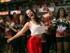 Viviane Araújo cai no samba de calça justinha e barriga de fora
