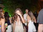 Izabel Goulart evita fotos durante festa na Bahia