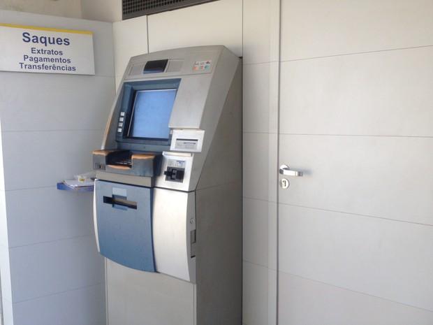 Caixa foi roubado por dentro da sala de abastecimento de dinheiro (Foto: Fabiana Figueiredo/G1)