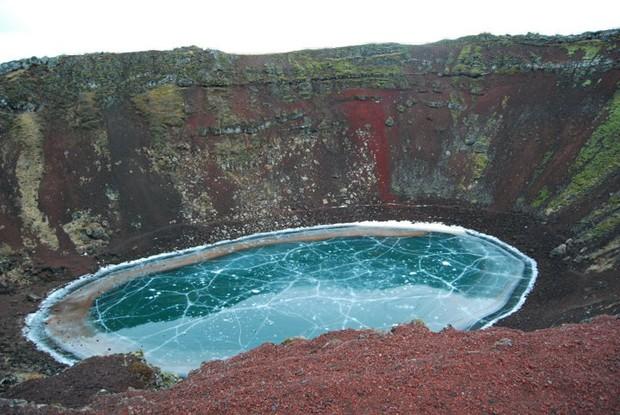 Usuário faz registro incrível de lago congelado em cratera de vulcão