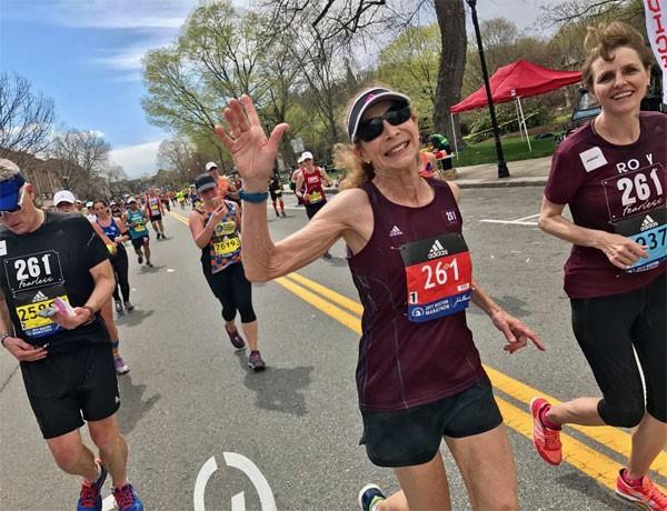 Katherine Switzer nesta segunda (17.04) disputando novamente a Maratona de Boston (Foto: Reprodução Twitter)