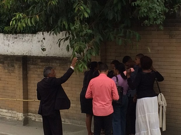 Familiares de Lucas Perdomo participam de oração em frente ao Complexo Penitenciário de Gericinó, em Bangu, na Zona Oeste do Rio (Foto: Henrique Coelho/ G1)