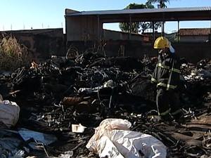 Incêndio depósito recicláveis Uberaba  (Foto: Reprodução/TV Integração)