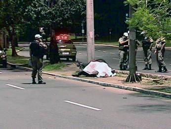 Motociclista morreu após bater em um poste na capital (Foto: Reprodução/RBS TV)