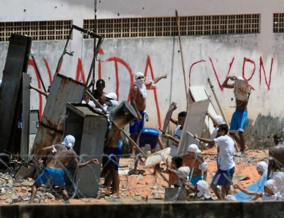 Presos de facções rivais se enfrentam em Alcaçux na quinta feitra,dia 19 .Governo quer construir muro (Foto: ANDRESSA ANHOLETE/AFP)