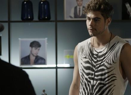 Léo flagra Betão em sua casa e desconfia