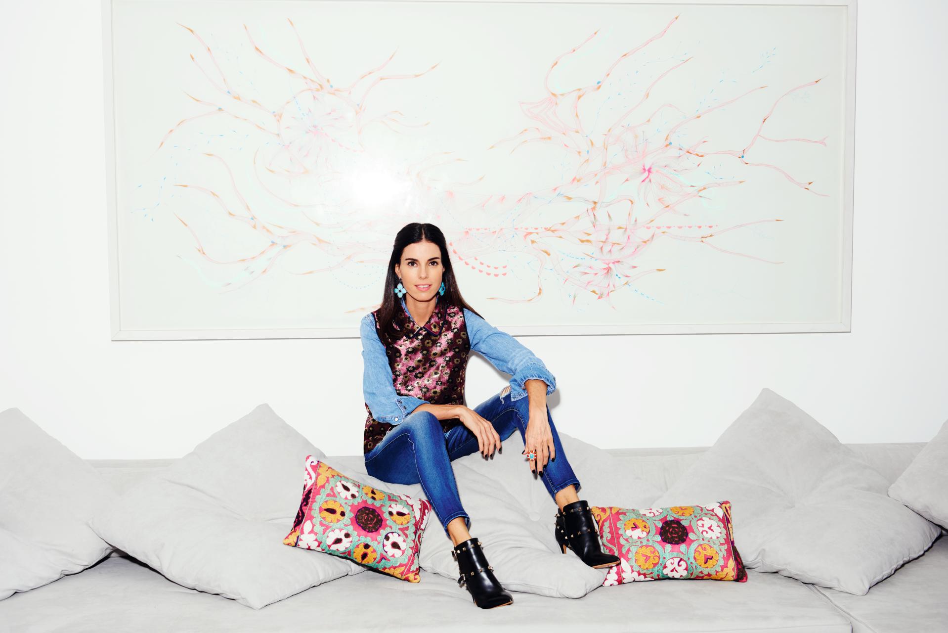 Em seu apartamento,  em São Paulo, Raquel usa camisa Ralph Lauren, colete J.Crew, jeans  7 for All Mankind e botas Valentino. Em todas as fotos, joias Raquel Correa. Ao fundo, quadro de  Malu Saddi  Styling:  Patricia Tremblais (Foto: Thiago Justo)