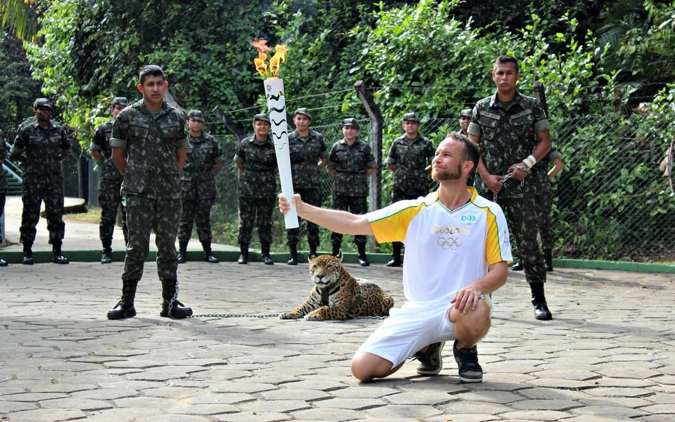 Juma foi exposta ao público, com correntes, na entrada de uma trilha (Foto: Matheus Castro)