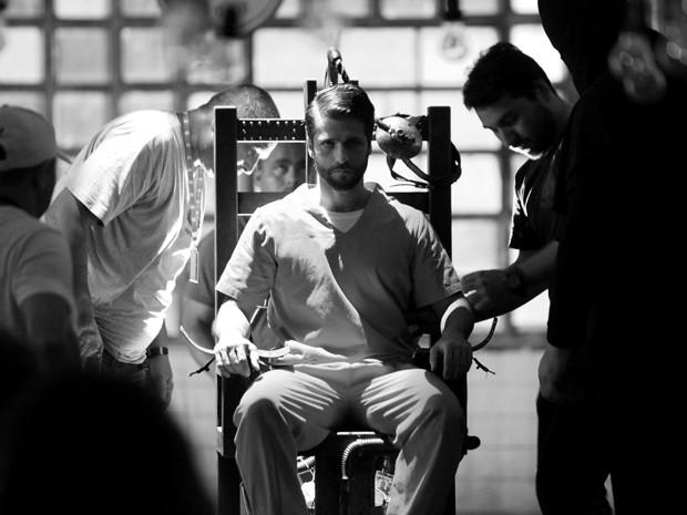 Mesmo com a equipe a mil por hora, o ator não se desconcentrou (Foto: Carol Caminha/Gshow)
