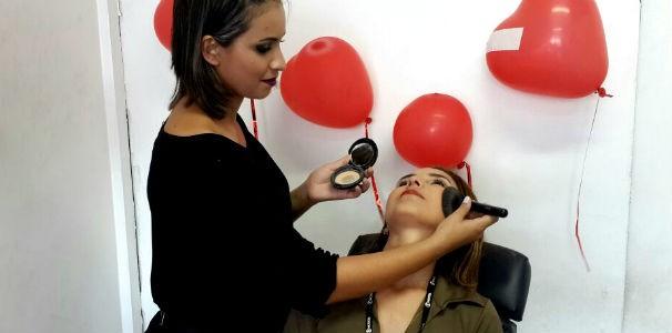 Profissional faz make para a produtora da TV Gazata  (Foto: Divulgação/ Marketing OAM)